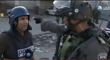 شرطي يعرقل عمل مراسل قناة الغد في القدس