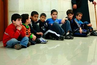 ילדי ירושלים המזרחית ממתינים בבית המשפט לפסק הדין, פברואר 2011. צילום: Mirah Curzer