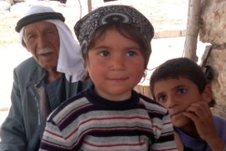 שפיק אטל מהכפר זנוטה עם נכדיו. צילום: ג'מילה ביסו