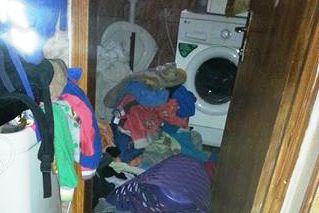 כביסה נערמת בבית משפחה שזרם המים בו פסק. צילום: אהוד עוזיאל