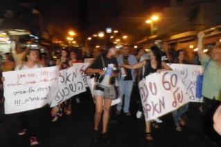 מפגינות בשכונת התקווה, יוני 2012. צילום: טל דהן