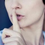 """אילוסטרציה: אישה מסמנת """"שקט"""". CC-BY: Daniela-Vladimirova"""