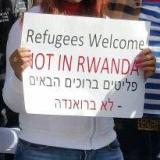 שלט בהפגנה: פליטים ברוכים הבאים - לא ברואנדה