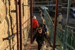 המדרגות והשער שבראשן.
