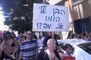 אישה נושאת שלט: הבן שלי הומו - אז מה?!