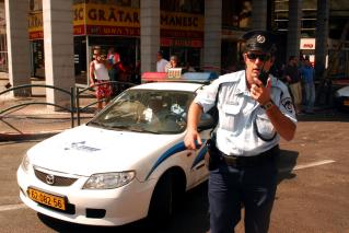 אילוסטרציה - ניידת משטרה ושוטר